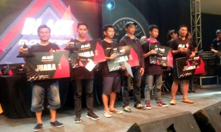 BERPRESTASI: Para juara mengangkat trhopy dan mockup dalam Black Motodify di Batununggal, Kota Bandung, Sabtu (12/11).